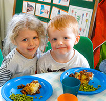 photo of children eating lunch at Longscroft